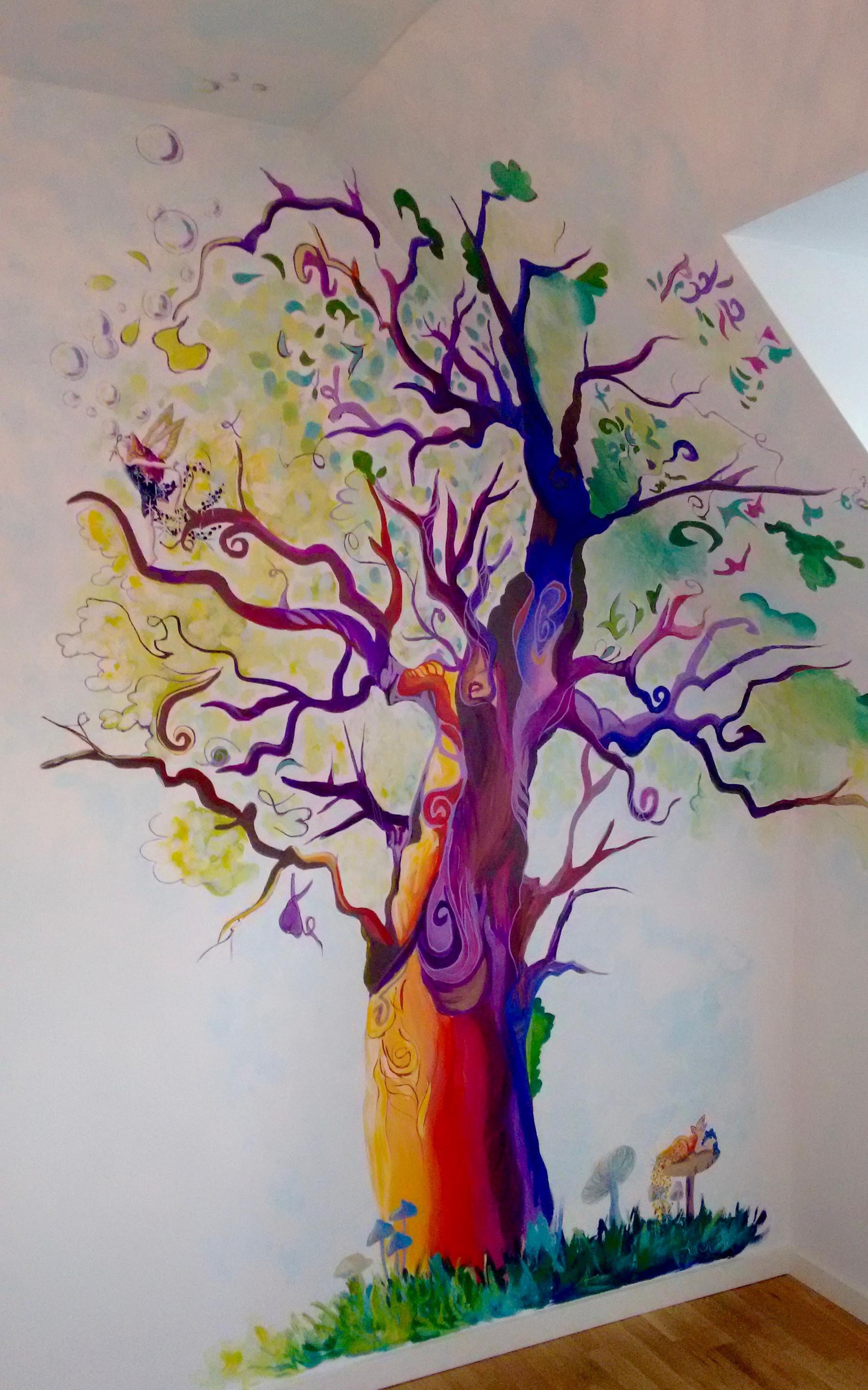 Vægmaleri af eventyrtræ til babyværelse
