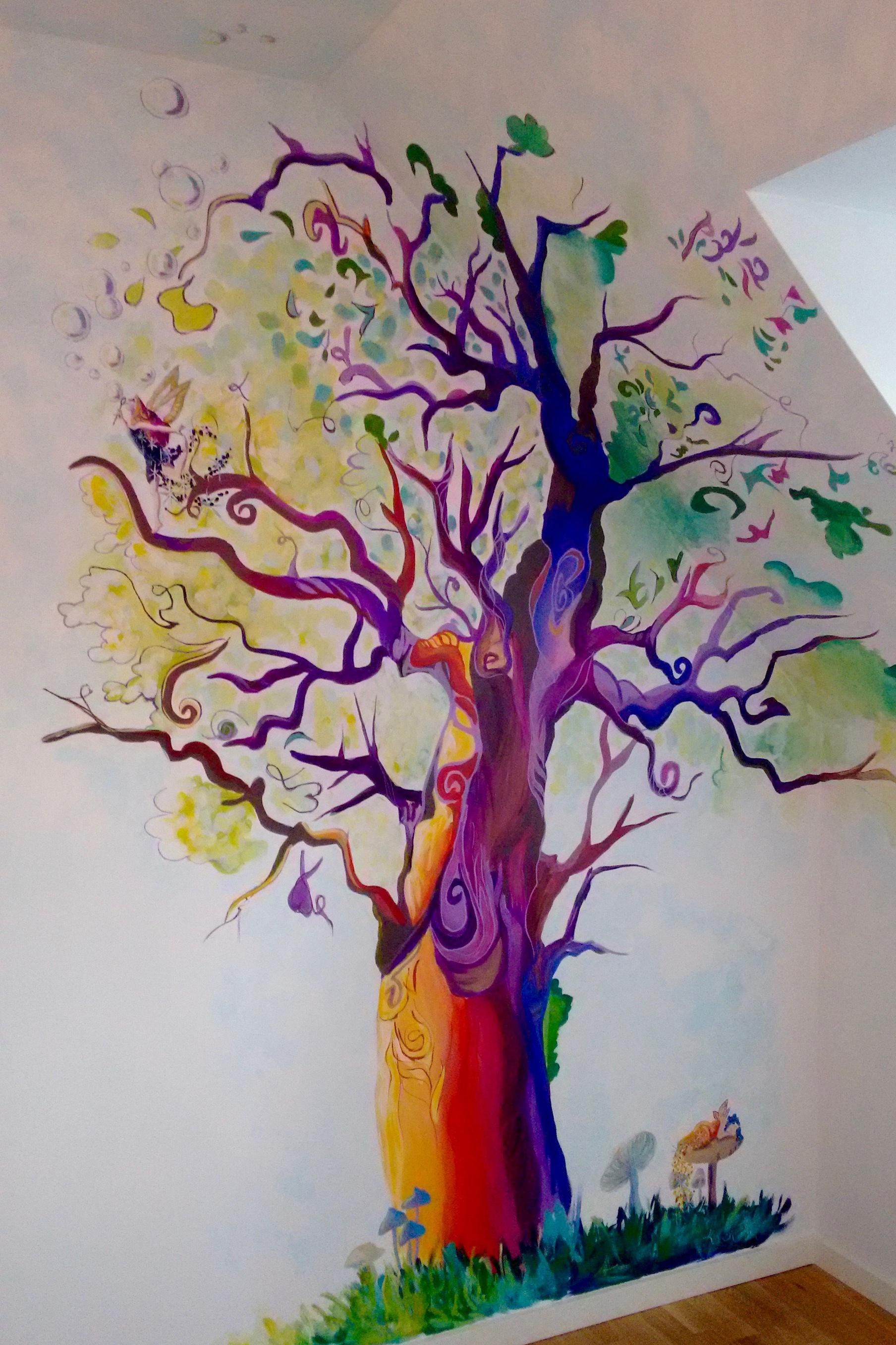 Vægmaleri af magisk eventyrtræ til babyværelse