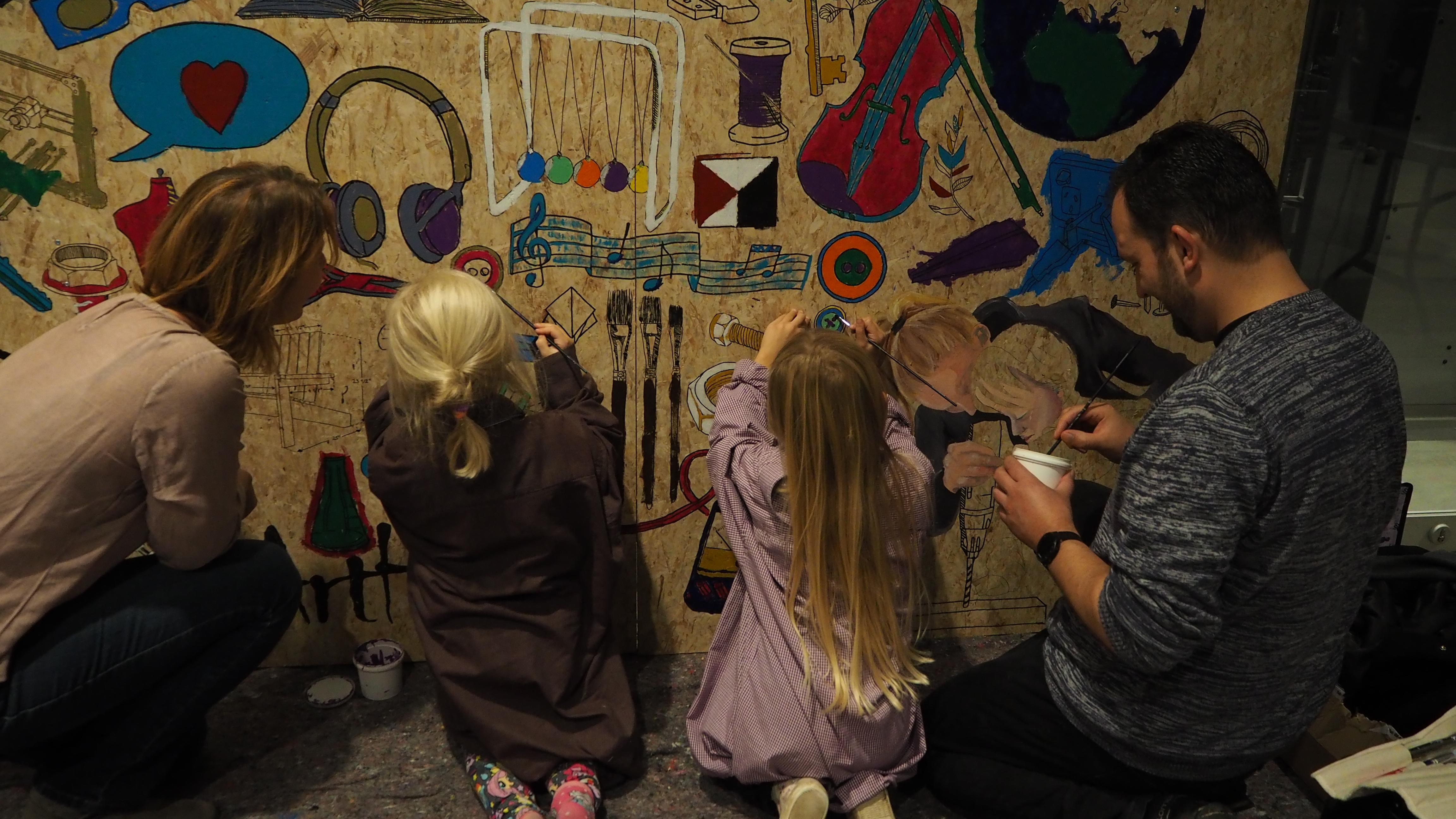 Eventmaleri til Mini Maker Faire Aarhus 2016 - hele familien maler